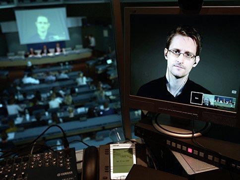 Сноуден посоветовал заклеивать пластырем камеру на личных компьютерах