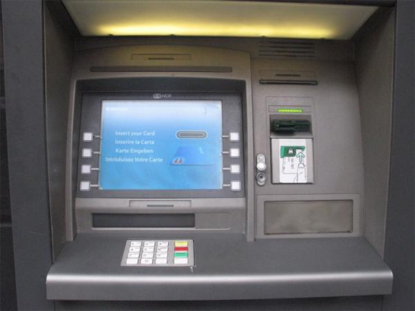 Новосибирский киберпреступник взломал банкомат с помощью флеш-карты