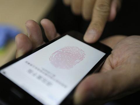 Полицейские пытались разблокировать смартфон мертвого его отпечатком
