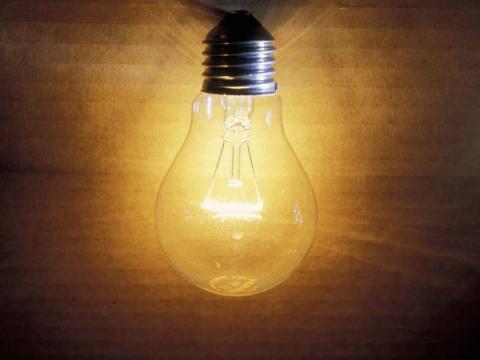 Шпионы могут подслушать разговоры с помощью висящей в комнате лампочки