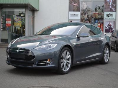 В Сети появилось видео реального угона Tesla Model S с помощью бреши